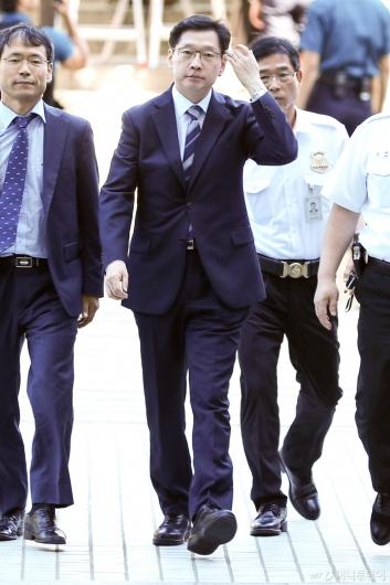 [사진]법원 들어서는 김경수 지사