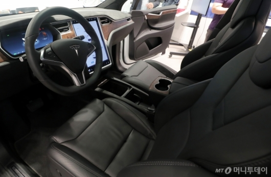 [사진]테슬라 모델X, '넓은 운전석'