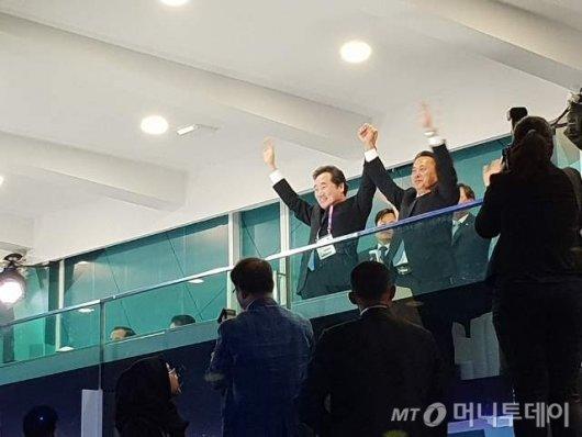 [사진] 남북 공동 입장에 함께 손 흔드는 이낙연 총리와 리룡남 北부총리