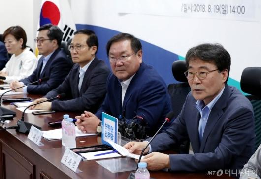 [사진]당정청회의 참석한 장하성 정책실장