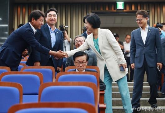 [사진]정책의총 참석하는 추미애 대표