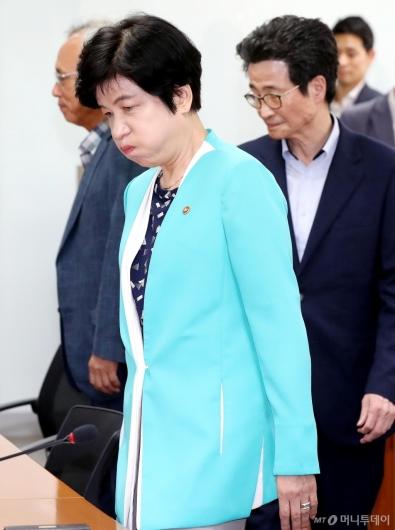 [사진]김영주 장관, 깊은 한숨