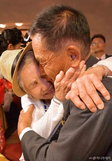 [사진]'눈물 겨운 이산가족 상봉'