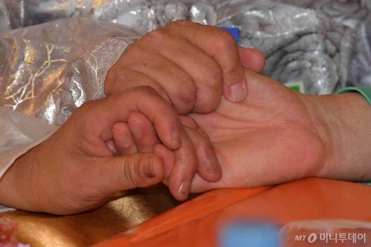 [사진]'오랜만에 손 잡은 이산가족'