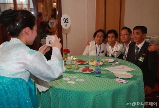 [사진]이산가족 상봉 순간 기념사진은 필수!