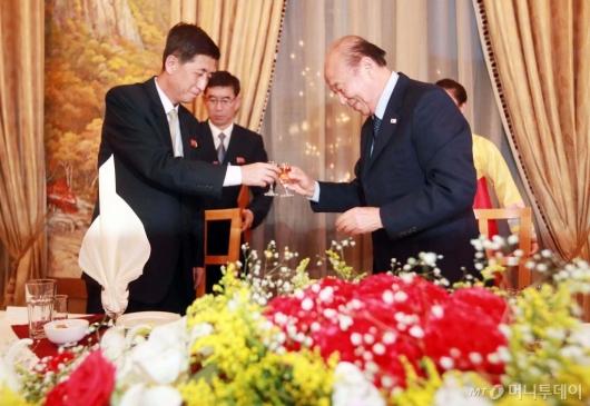 [사진]'건배하는 남과 북'