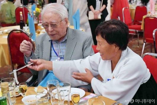 [사진]北 며느리와 만찬 즐기는 백성규 할아버지