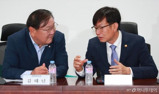 [사진]공정거래법 개정 논의하는 김상조-김태년