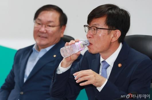 [사진]물 마시는 김상조 공정거래위원장