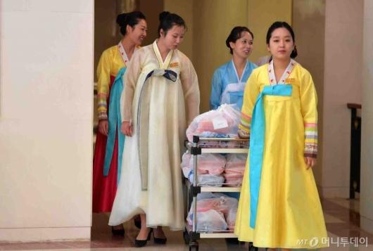 [사진]한복 차려입은 북측 직원들