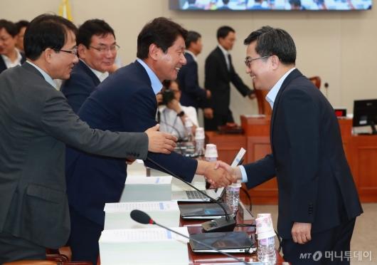 [사진]기재위 출석한 김동연 부총리