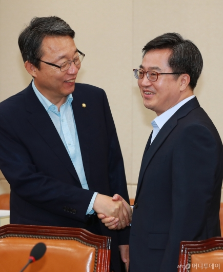 [사진]악수하는 김동연 부총리-김성식 의원