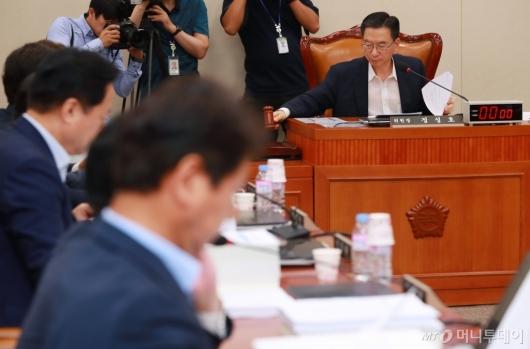[사진]의사봉 두드리는 정성호 기재위원장
