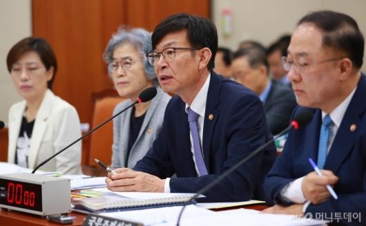[사진]정무위 전체회의 출석한 김상조 공정거래위원장