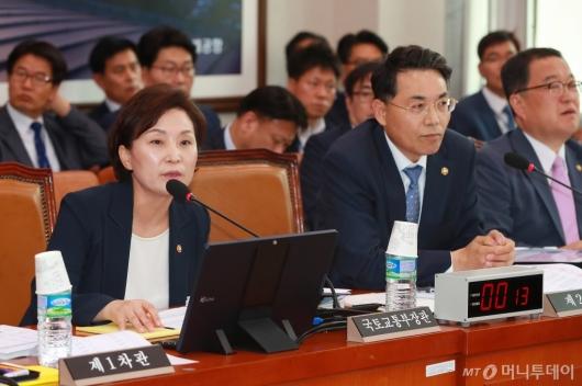 [사진]국토위 전체회의 출석한 김현미 장관