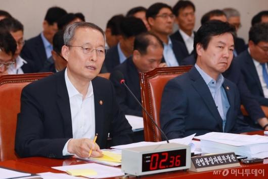 [사진]산자중기위 출석한 백운규-홍종학 장관