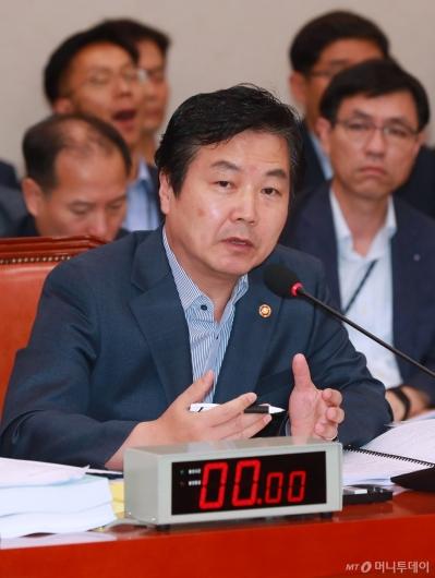 [사진]답변하는 홍종학 중기벤처부 장관