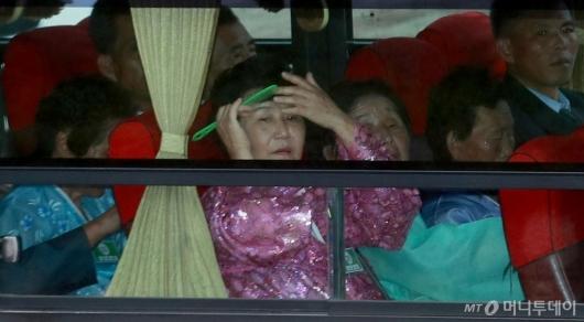 [사진]머리 빗는 이산가족
