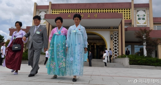 [사진]호텔 나서는 이산가족 상봉단