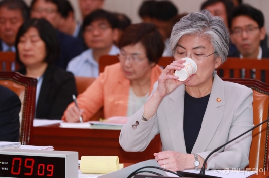 [사진]물 마시는 강경화 외교부 장관