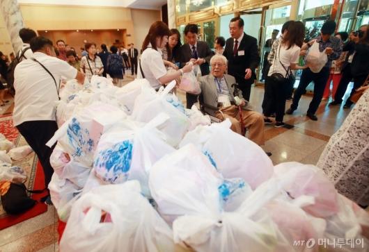 [사진]남측 상봉단이 준비한 선물