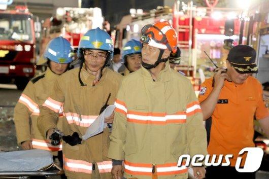 [사진]인천 남동공단 화재현장 둘러보는 조종묵 소방청장