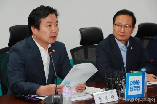 [사진]모두발언하는 홍종학 중기벤처부 장관