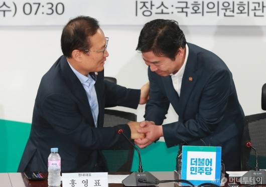 [사진]악수하는 홍영표 원내대표-홍종학 장관