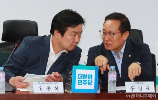 [사진]대화하는 홍종학 장관-홍영표 원내대표