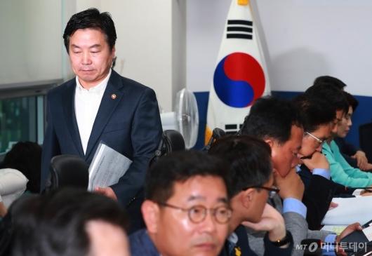 [사진]소상공인·자영업자 지원대책 당정 참석한 홍종학 장관