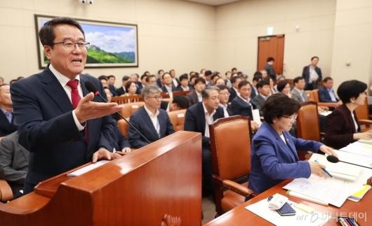 [사진]남재철 기상청장, 19호 태풍 솔릭 관련 보고