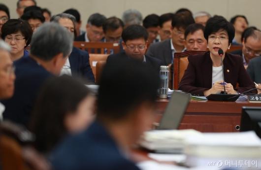 [사진]환노위 전체회의 출석한 김영주 장관