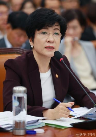 [사진]답변하는 김영주 고용부 장관