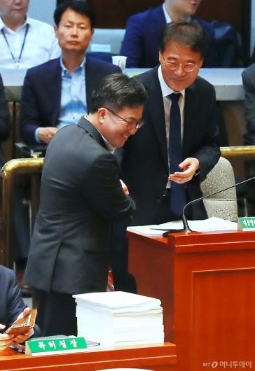 [사진]웃으며 악수하는 장하성-김동연