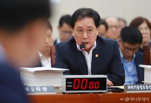 [사진]답변하는 유영민 장관