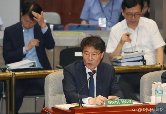 [사진]답변하는 장하성 청와대 정책실장
