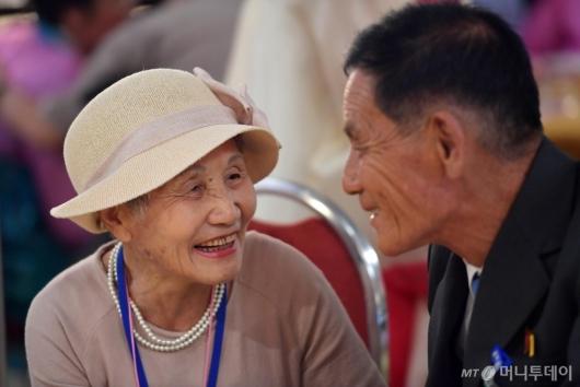 [사진]'애써 미소짓는 이산가족'