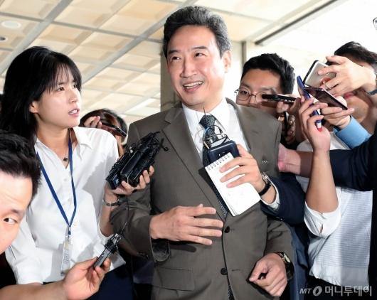 [사진]검찰 출석하는 이규진 전 양형위 상임위원