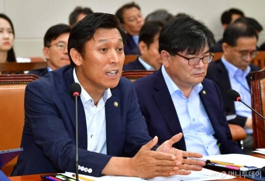 [사진]北석탄반입 관련 답변하는 김영문 관세청장