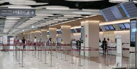 [사진]태풍 '솔릭'으로 한산한 김포공항 탑승수속장