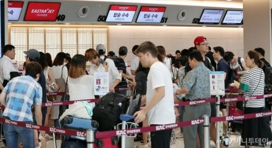 [사진]'하늘길 열리자 붐비는 김포공항 국내선'