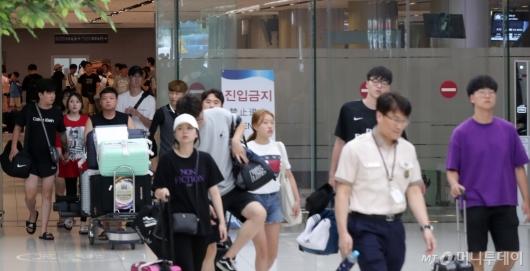 [사진]국내선 항공편 운행, '김포공항 도착하는 여행객들'
