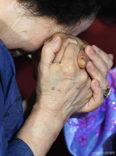 [사진]'놓기 싫은 손'