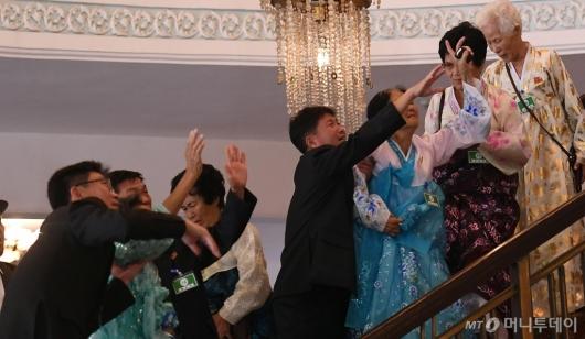 [사진]작별인사하는 북측 상봉단