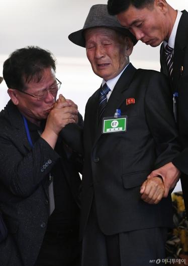 [사진]작별인사하는 南北 이산가족들