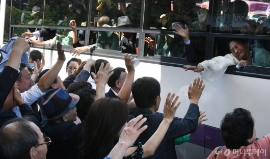 [사진]작별인사 나누는 남북 이산가족들