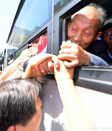 [사진]차마 놓을 수 없는 손