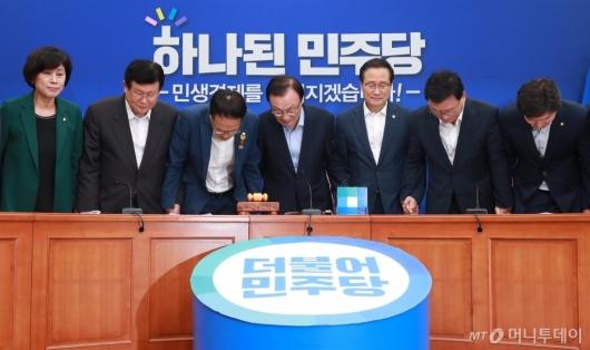 [사진]대국민 인사하는 민주당 신임 지도부