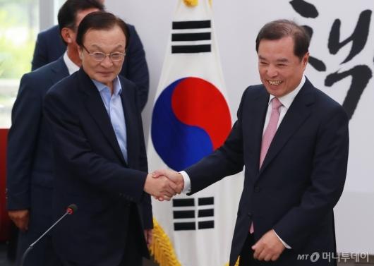 [사진]악수하는 이해찬 당대표-김병준 비대위원장