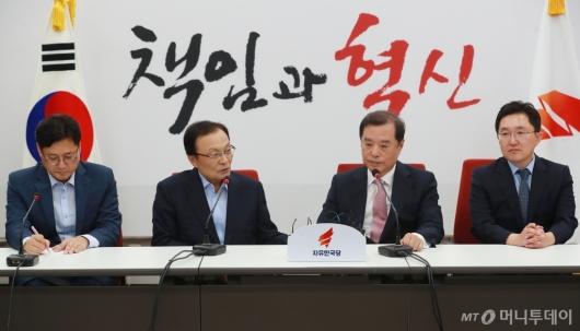 [사진]환담하는 이해찬 민주당 대표-김병준 한국당 비대위원장